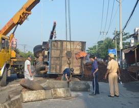 Hàng tấn vỏ hạt điều đổ tràn đường vì xe tải nổ lốp