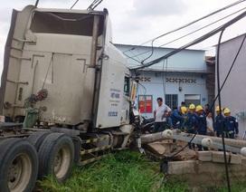 Trụ điện ngăn xe container lao vào dãy nhà trọ