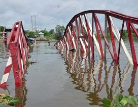 Sà lan kéo sập cả một cây cầu