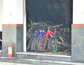 Cháy cửa hàng xe đạp, 2 bố con ôm nhau tháo chạy