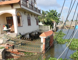 Sạt lở kinh hoàng nhấn chìm 2 căn nhà xuống sông Sài Gòn