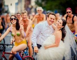 """Cặp đôi """"chơi nổi"""" chụp ảnh cưới trên nền người """"nude"""" tập thể"""