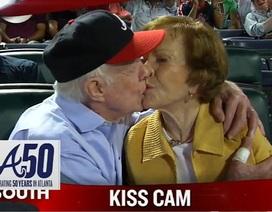 Cựu Tổng thống Jimmy Carter hôn vợ giữa trận đấu bóng