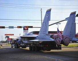 """Máy bay chiến đấu Mỹ """"kềnh càng"""" trên phố"""