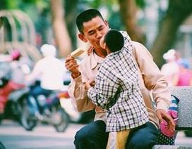 Xúc động với tình yêu của cha dành cho con khuyết tật