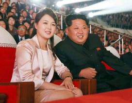 Lãnh đạo Triều Tiên sánh vai vợ đi xem ca nhạc