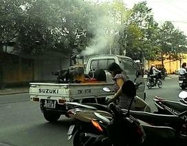 Phun thuốc diệt muỗi như tưới cây trên phố