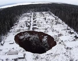"""""""Hố địa ngục"""" ở Nga ngày càng to lên"""