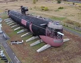 """Tàu ngầm tấn công vang bóng một thời """"phơi mình"""" trên cạn"""