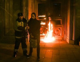 Nga bắt nghệ sĩ đốt cổng trụ sở cơ quan an ninh ở Moscow