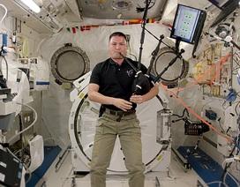 Phi hành gia thổi kèn trên trạm vũ trụ ISS