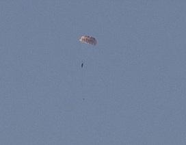 Quay được cảnh phi công Nga nhảy dù khỏi máy bay bị bắn rơi