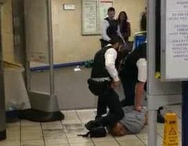 Khoảnh khắc trấn áp kẻ tấn công bằng dao tại ga tàu điện ngầm London