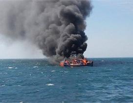 """Nổ bình gas, thuyền ngư dân thành """"bó đuốc"""" giữa biển"""