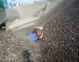 """Trung Quốc: Tài xế đổ đá """"chôn sống"""" cảnh sát vì bị phạt"""