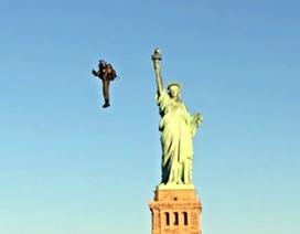 """""""Người bay"""" cất cánh ngoạn mục thăm Nữ thần Tự do"""