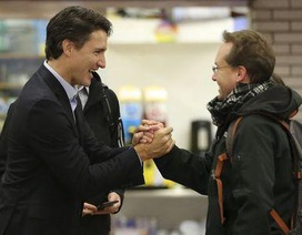 Thủ tướng đắc cử Canada bất ngờ tới ga tàu bắt tay người dân