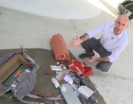 """""""Khám"""" túi đồ nghề sinh tồn của phi công Nga tại Syria"""