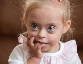 Bé 2 tuổi mắc hội chứng Down thuyết phục giành hợp đồng người mẫu
