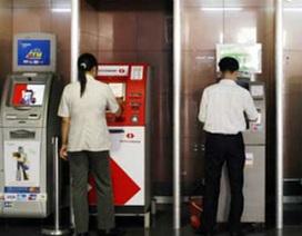 """Giật mình vì những khoản tiền """"trên trời rơi xuống"""" từ thẻ ATM"""