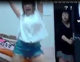 """Clip: Mẹ """"há hốc miệng"""" khi thấy con gái nhảy múa trước webcam"""