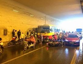 Hà Nội: Xe buýt tông hàng loạt xe máy trong hầm Kim Liên