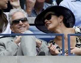Vợ chồng Catherine Zeta-Jones hạnh phúc đi xem tennis