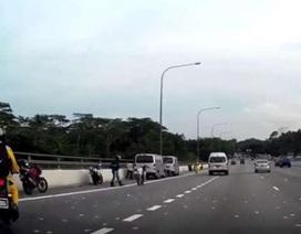 Clip: Dân Singapore thi nhau hứng mưa tiền trên đường cao tốc