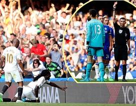 Courtois bị đuổi, Chelsea cay đắng chia điểm cùng Swansea