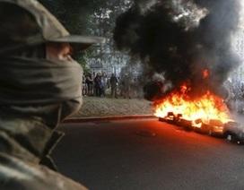 """Cực hữu Ukraine nổi loạn đòi """"tắm máu"""" một thành phố"""