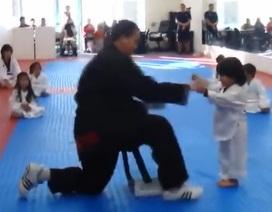 Ngộ nghĩnh cậu bé 4 tuổi trình diễn taekwondo
