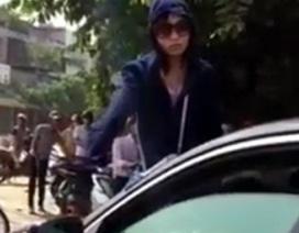 Hà Nội: Trèo lên nắp ca-pô đánh ghen giữa phố