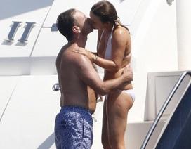 Cựu thành viên Spice Girls tình tứ hôn chồng trên du thuyền