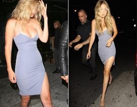 Siêu mẫu 20 tuổi khoe chân gợi cảm với váy xẻ sâu