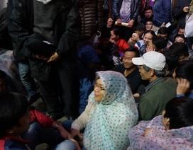 Hà Nội: Cả trăm người trắng đêm đội mưa chờ tiêm vắc-xin cho con