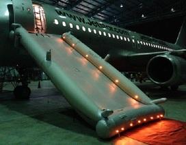 Hàng chục hành khách bị cắt chuyến bay vì một người tự mở cửa thoát hiểm