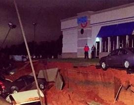 """""""Hố tử thần"""" xuất hiện trước cửa hàng, nuốt chửng nhiều ôtô"""