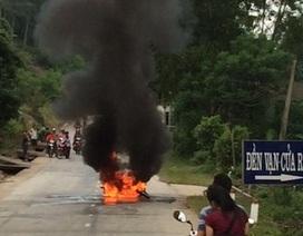 Xe máy bốc cháy ngùn ngụt sau cú trượt ngã