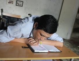Cảm động người ngồi xe lăn ngậm bút bằng miệng viết chữ dạy học