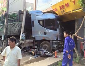 Hoảng hồn vì xe đầu kéo không người lái gây tai nạn liên hoàn