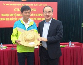 Đồng chí Nguyễn Thiện Nhân tặng mũ rơm cho học sinh giỏi quốc tế