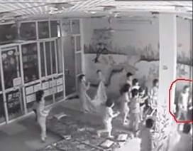 Hà Nội: Phẫn nộ bé trai 3 tuổi bị kéo tai, lột quần áo vì tè dầm