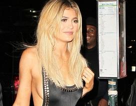 Kylie Jenner  mặc áo tắm ra phố