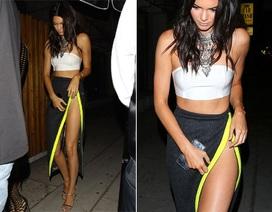Kendall Jenner táo bạo với váy không nội y
