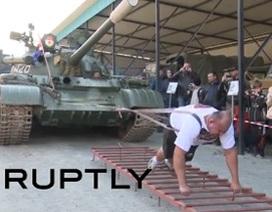 Võ sĩ Nga kéo xe tăng nặng 37 tấn