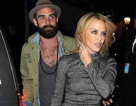 """Kylie Minogue đẹp không """"tì vết"""" bên bạn trai kém 20 tuổi"""