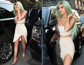 Kylie Jenner bốc lửa với váy xẻ cao, áo hở bụng