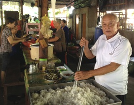 Lão nông, 15 năm chuyên xẻ gỗ, cất nhà, nấu cơm…. cho người nghèo