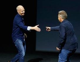 """Nhìn thấy gì từ  """"cái bắt tay"""" giữa Apple và Microsoft?"""