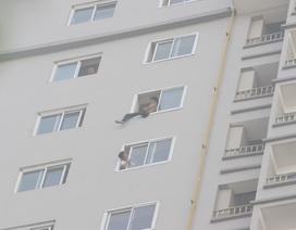 """Nam thanh niên """"làm xiếc"""" trên tầng 21 chung cư từ 3 giờ sáng"""